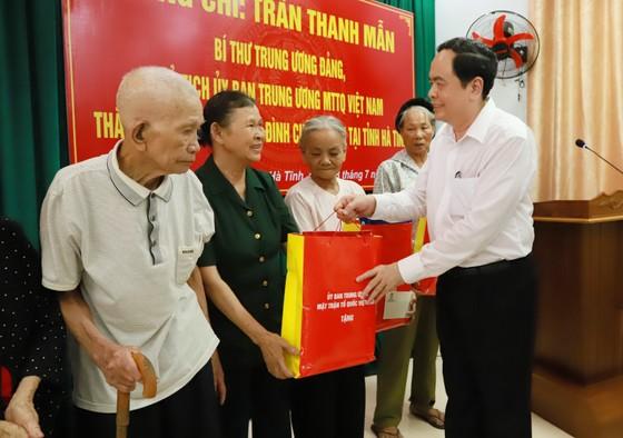 Chủ tịch Ủy ban Trung ương MTTQ Việt Nam tặng quà gia đình chính sách ở Hà Tĩnh ảnh 1