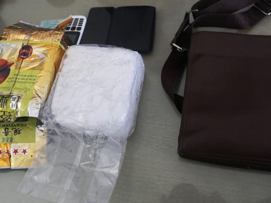 Bắt giữ đối tượng vận chuyển 1kg ma túy đá trên đường đi tiêu thụ ảnh 1