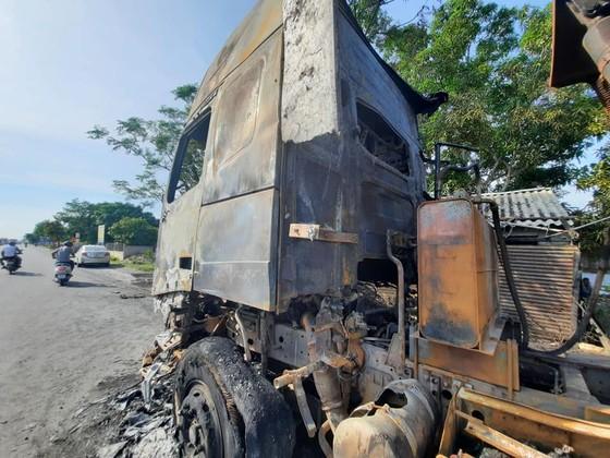 Xe ô tô đầu kéo bốc cháy trên Quốc lộ 1A ở Hà Tĩnh ảnh 4