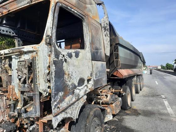 Xe ô tô đầu kéo bốc cháy trên Quốc lộ 1A ở Hà Tĩnh ảnh 3