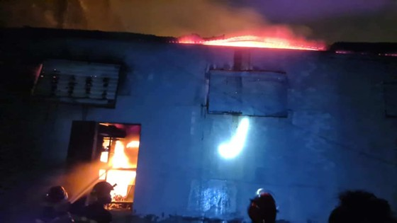 Kho sơn bốc cháy ngùn ngụt trong đêm ở Hà Tĩnh ảnh 2