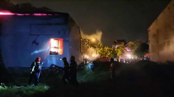 Kho sơn bốc cháy ngùn ngụt trong đêm ở Hà Tĩnh ảnh 4