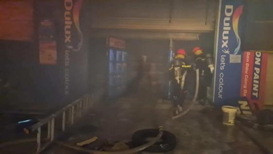 Kho sơn bốc cháy ngùn ngụt trong đêm ở Hà Tĩnh ảnh 7