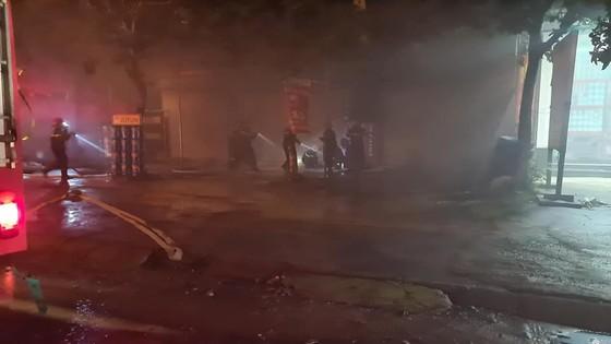 Kho sơn bốc cháy ngùn ngụt trong đêm ở Hà Tĩnh ảnh 10