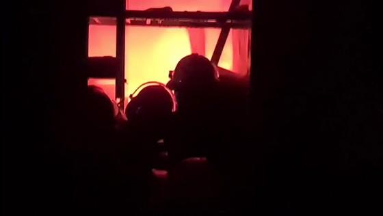 Kho sơn bốc cháy ngùn ngụt trong đêm ở Hà Tĩnh ảnh 8