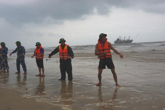 Cứu thành công 16 thuyền viên gặp nạn trên biển Hà Tĩnh ảnh 1