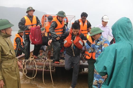Cứu thành công 16 thuyền viên gặp nạn trên biển Hà Tĩnh ảnh 5