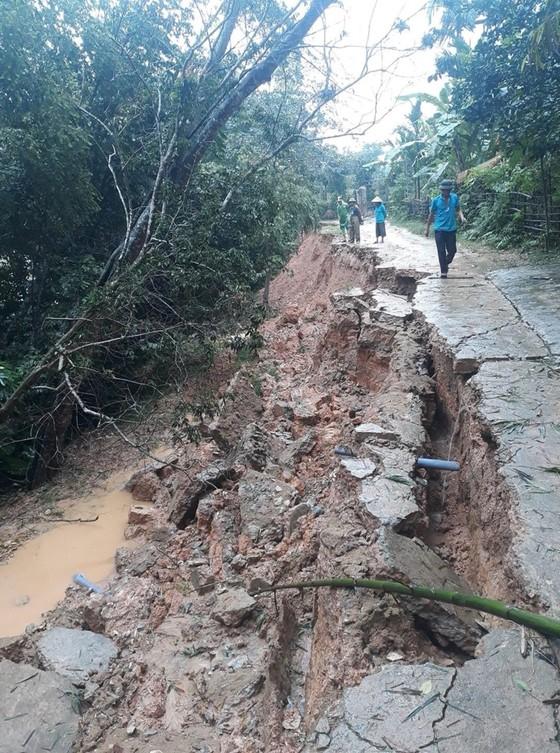 Hà Tĩnh mưa lớn, nhiều tuyến đường thôn bị sạt lở nghiêm trọng ảnh 3