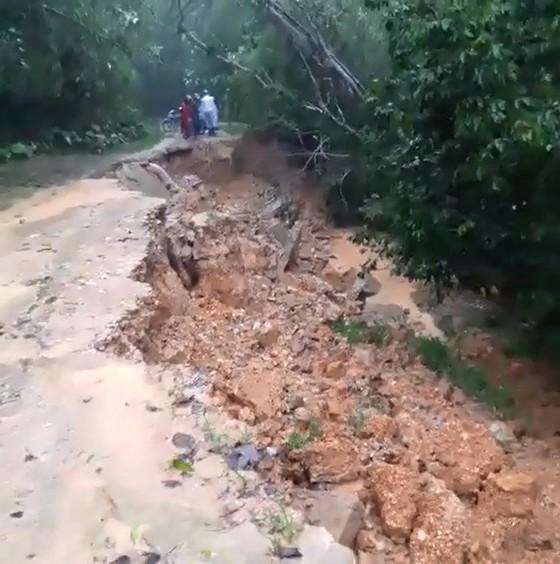 Hà Tĩnh mưa lớn, nhiều tuyến đường thôn bị sạt lở nghiêm trọng ảnh 4