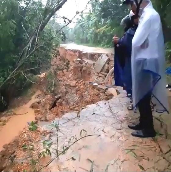 Hà Tĩnh mưa lớn, nhiều tuyến đường thôn bị sạt lở nghiêm trọng ảnh 7