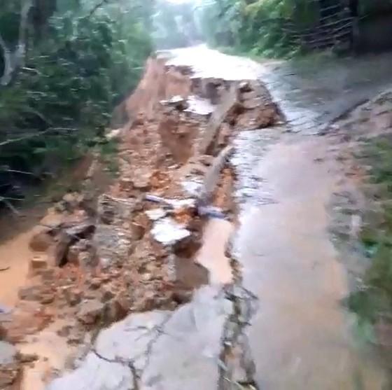 Hà Tĩnh mưa lớn, nhiều tuyến đường thôn bị sạt lở nghiêm trọng ảnh 5