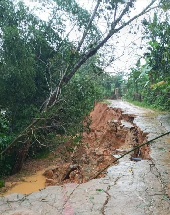 Hà Tĩnh mưa lớn, nhiều tuyến đường thôn bị sạt lở nghiêm trọng ảnh 6