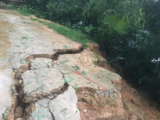 Hà Tĩnh mưa lớn, nhiều tuyến đường thôn bị sạt lở nghiêm trọng ảnh 11