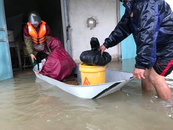 Hà Tĩnh sơ tán hàng trăm người dân đến nơi an toàn tránh lũ ảnh 5