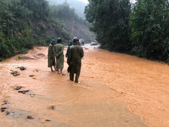 Hà Tĩnh khẩn trương tổ chức sơ tán các hộ dân ở vùng có nguy cơ cao lũ quét, sạt lở đất và ngập lụt sâu ảnh 9