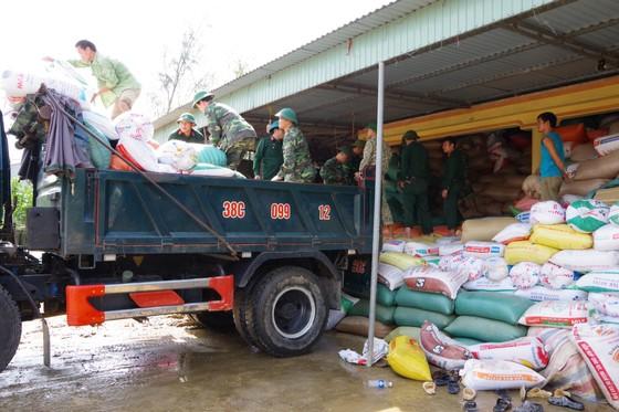 Giúp dân khắc phục hậu quả lũ lụt ở Hà Tĩnh ảnh 3