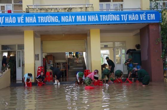 Giúp dân khắc phục hậu quả lũ lụt ở Hà Tĩnh ảnh 1