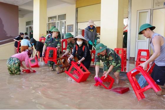 Giúp dân khắc phục hậu quả lũ lụt ở Hà Tĩnh ảnh 2