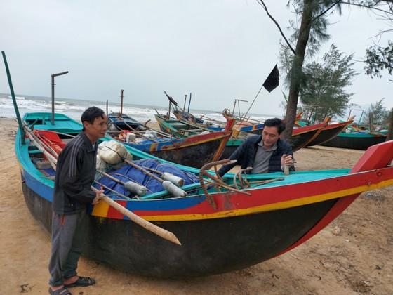 Ngư dân Hà Tĩnh gấp rút đưa tàu thuyền vào nơi tránh trú trước bão số 8 ảnh 8