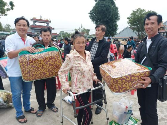 Trao quà hỗ trợ 410 hộ dân ở vùng lũ Hà Tĩnh ảnh 4