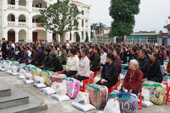Trao quà hỗ trợ 410 hộ dân ở vùng lũ Hà Tĩnh ảnh 1