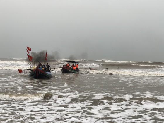 Kịp thời cứu sống hai ngư dân bị chìm thuyền trên biển ảnh 2
