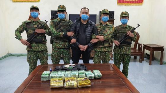 Bắt giữ đối tượng vận chuyển 11kg ma túy trên biên giới ảnh 1