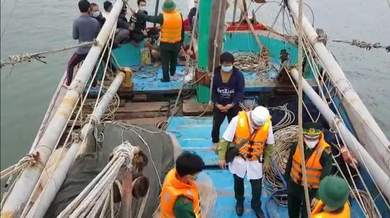Tàu đánh cá bốc cháy trên biển, 8 thuyền viên thoát nạn ảnh 2