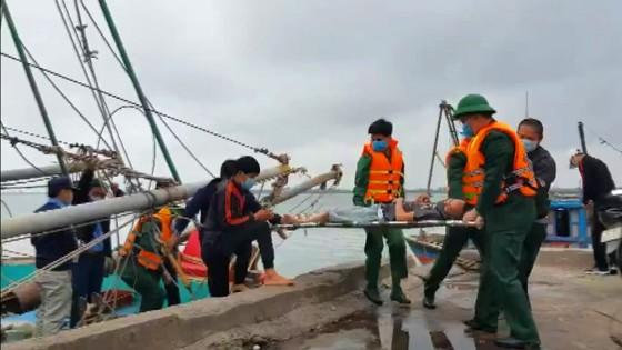 Tàu đánh cá bốc cháy trên biển, 8 thuyền viên thoát nạn ảnh 5