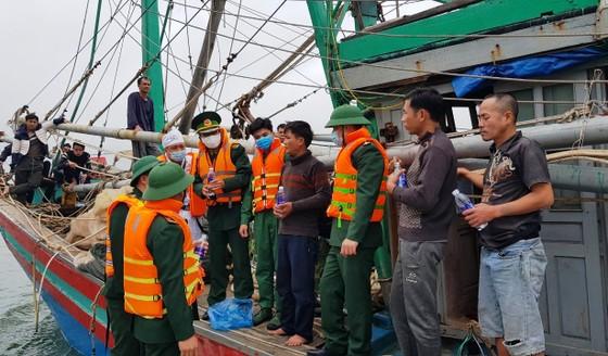 Tàu đánh cá bốc cháy trên biển, 8 thuyền viên thoát nạn ảnh 3