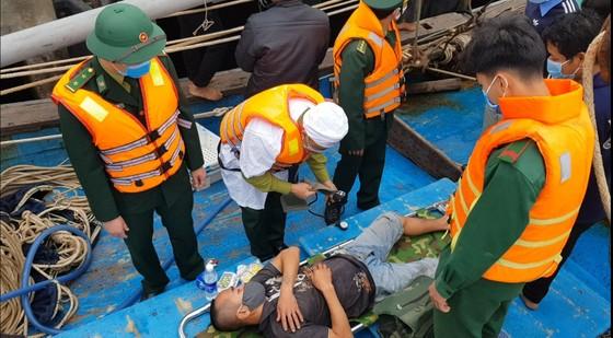 Tàu đánh cá bốc cháy trên biển, 8 thuyền viên thoát nạn ảnh 4