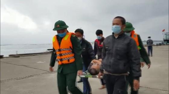 Tàu đánh cá bốc cháy trên biển, 8 thuyền viên thoát nạn ảnh 6