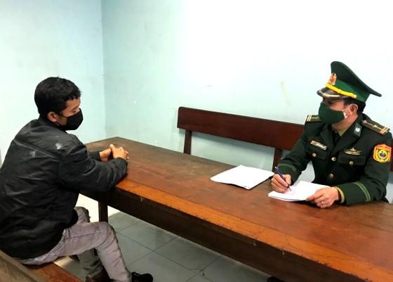 Phát hiện 2 đối tượng cắt rừng nhập cảnh trái phép về Việt Nam để trốn cách ly ảnh 2
