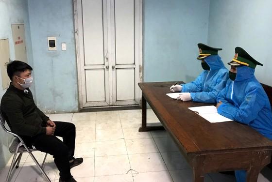 Phát hiện đối tượng trốn trên xe tải để nhập cảnh trái phép vào Việt Nam ảnh 3