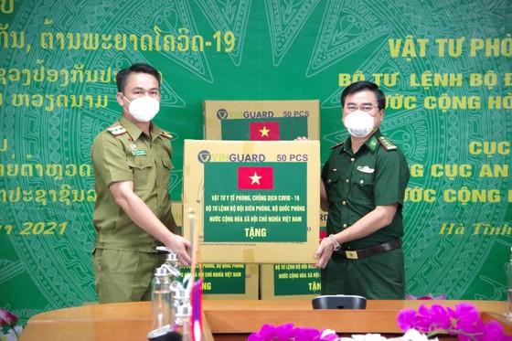 Hỗ trợ vật tư y tế, nhu yếu phẩm cho lực lượng quản lý, bảo vệ biên giới nước bạn Lào ảnh 3