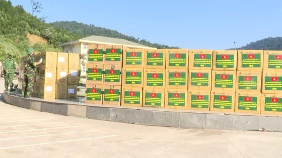 Hỗ trợ vật tư y tế, nhu yếu phẩm cho lực lượng quản lý, bảo vệ biên giới nước bạn Lào ảnh 4