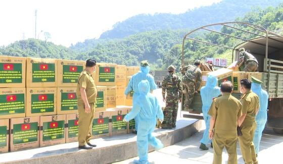 Hỗ trợ vật tư y tế, nhu yếu phẩm cho lực lượng quản lý, bảo vệ biên giới nước bạn Lào ảnh 6