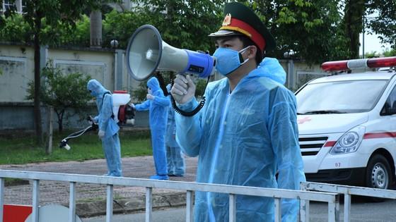 Quân khu 4 điều động lực lượng phun khử khuẩn các khu vực ở TP Hà Tĩnh ảnh 13