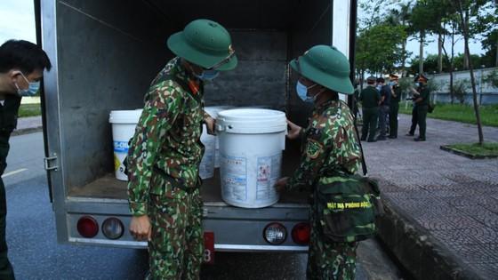 Quân khu 4 điều động lực lượng phun khử khuẩn các khu vực ở TP Hà Tĩnh ảnh 3