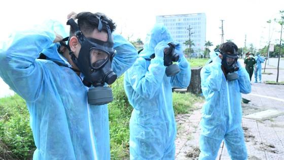 Quân khu 4 điều động lực lượng phun khử khuẩn các khu vực ở TP Hà Tĩnh ảnh 6