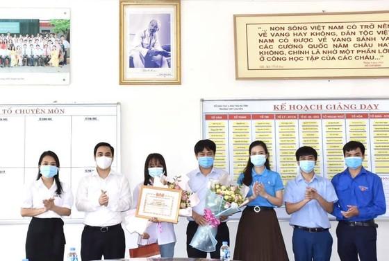 Hà Tĩnh: Tặng bằng khen cho nữ sinh giành 3 điểm 10 khối B ảnh 1