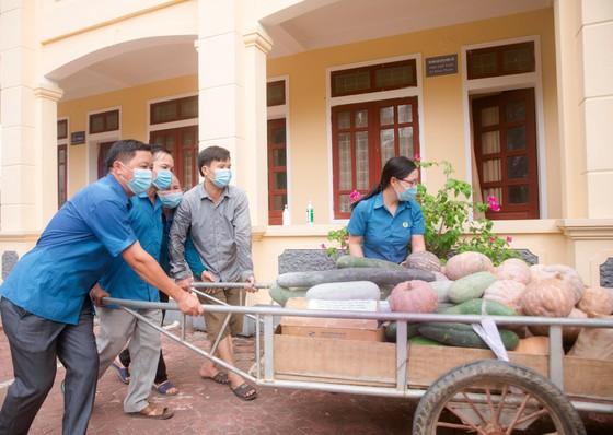 Người dân miền núi Hà Tĩnh tiếp tục quyên góp gần 120 tấn hàng hóa ủng hộ TPHCM và các tỉnh phía Nam ảnh 1