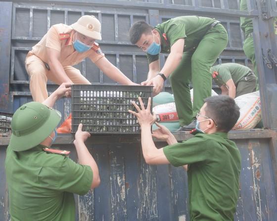 Người dân miền núi Hà Tĩnh tiếp tục quyên góp gần 120 tấn hàng hóa ủng hộ TPHCM và các tỉnh phía Nam ảnh 6