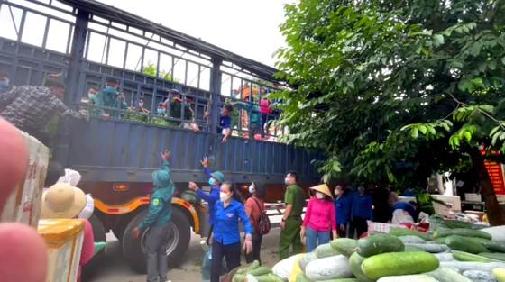Người dân miền núi Hà Tĩnh tiếp tục quyên góp gần 120 tấn hàng hóa ủng hộ TPHCM và các tỉnh phía Nam ảnh 18