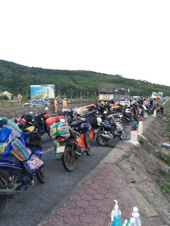 Hỗ trợ suất ăn nhanh, khẩu trang cho người dân đi xe máy từ miền Nam về quê ảnh 8