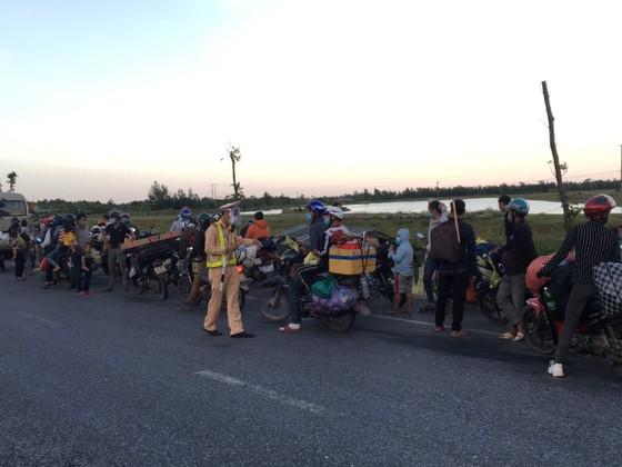 Hỗ trợ suất ăn nhanh, khẩu trang cho người dân đi xe máy từ miền Nam về quê ảnh 9