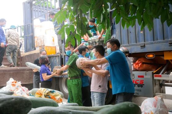 Người dân miền núi Hà Tĩnh tiếp tục quyên góp gần 120 tấn hàng hóa ủng hộ TPHCM và các tỉnh phía Nam ảnh 5