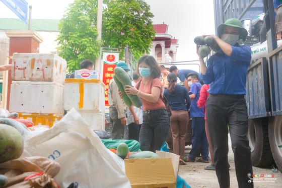Người dân miền núi Hà Tĩnh tiếp tục quyên góp gần 120 tấn hàng hóa ủng hộ TPHCM và các tỉnh phía Nam ảnh 11