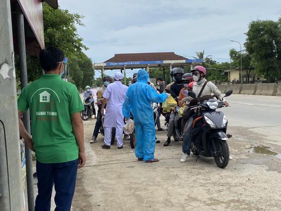 Hỗ trợ suất ăn nhanh, khẩu trang cho người dân đi xe máy từ miền Nam về quê ảnh 2