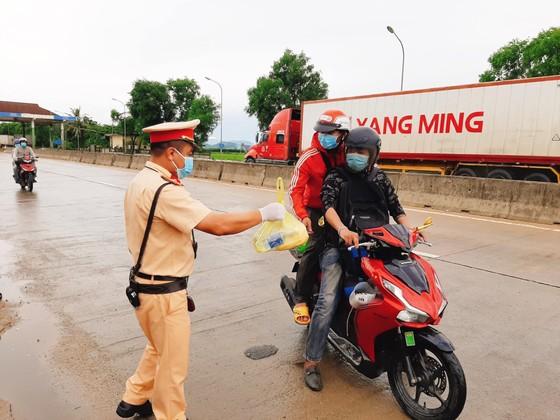 Hỗ trợ suất ăn nhanh, khẩu trang cho người dân đi xe máy từ miền Nam về quê ảnh 1